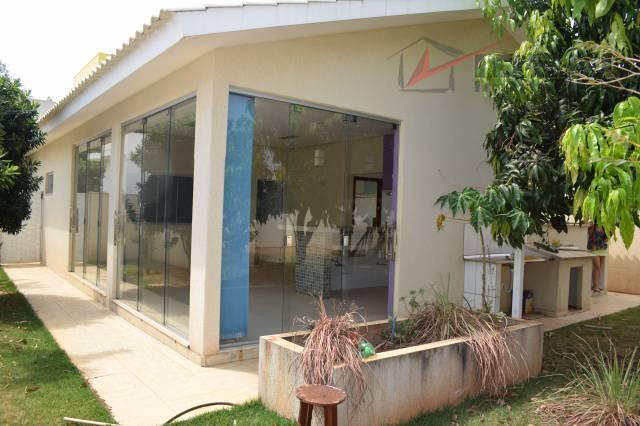 casa localizada em condomínio fechado com completa infra estrutura, segurança 24 h, área de lazer, lago,...