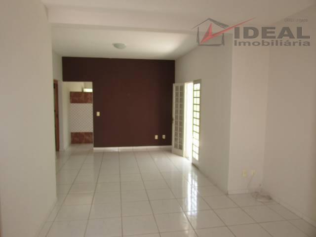 casa localizada em rua pavimentada, em frente ao fórum, possui três quartos sendo um suíte, ampla...