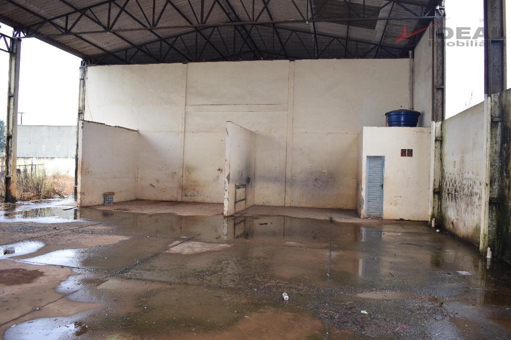 galpão comercial, localizado as margens da go 341, todo murado, possuí dois banheiros sociais, piso de...