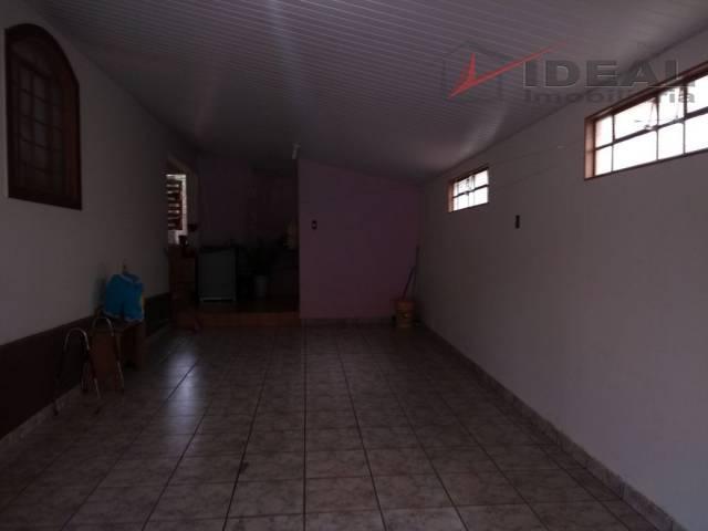 casa residencial localizada em rua pavimentada, contendo sala, cozinha, três quartos, banheiro social, área de serviço...