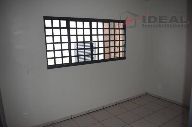 apartamento localizado em rua pavimentada, contendo sacada, sala, sala de jantar, três quartos sociais, uma suíte,...