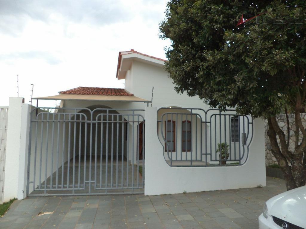 casa localizada em rua pavimentada contendo, sala, copa, cozinha com armários embutidos, dois quartos, uma suite,...