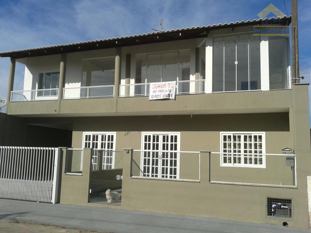 Linda casa de alto padrão com dois pisos, piscina, área de festa; venha  e confira no centro de Navegantes.