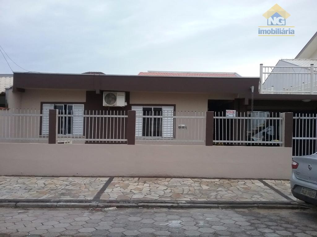 Casa de alvenaria cm 2 garagens, piscina, área de lazer e sobrado nos fundos.