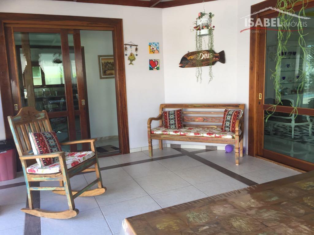 3 suítes, sala para 2 ambientes, lavabo, cozinha, área de serviço, quintal churrasqueira, piscina, 6 vagas...