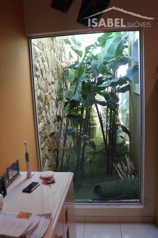 3 dormitórios sendo 1 suíte, sala para 2 ambientes, banheiro, cozinha, área de serviço, churrasqueira, piscina.