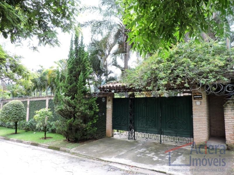 Chácara Vale do Rio Cotia- Casa em rua tranquila, com pé direito alto, amplas varandas, rica em armários.