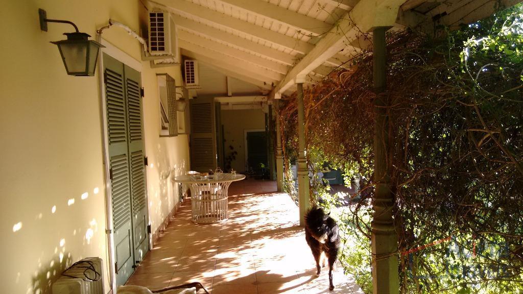 casa térrea, com 3 suítes com armários e ar condicionado, com saída para o jardim (sendo...