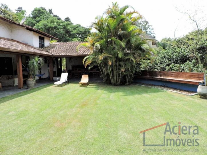 Linda casa rústica murada, modernizada e integrada.