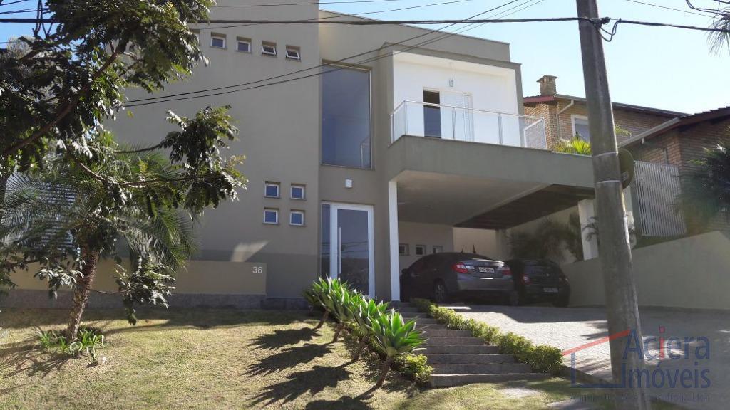 Excelente casa em condomínio, com estilo moderno.