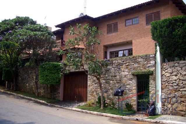 Recanto Inpla-Casa de acabamento refinado,tijolos a vista,em terreno com lindo paisagismo em condomínio fechado e segurança 24hr