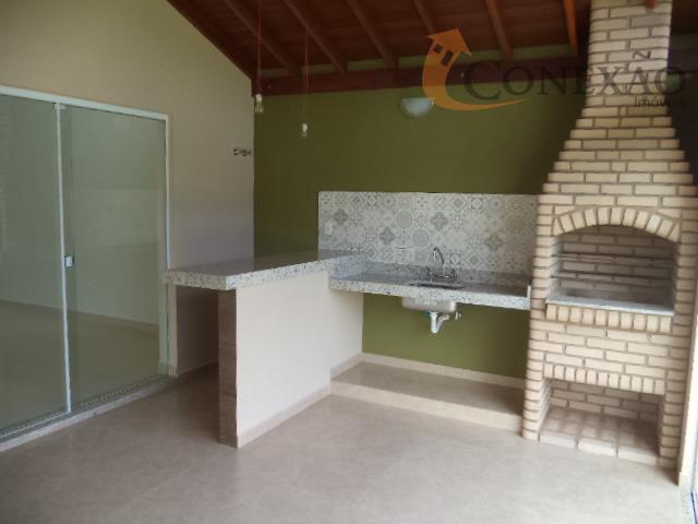 área de lazer com churrasqueira e banheiro