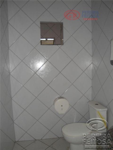 galpão composto de cinco banheiros sociais e oito salas.