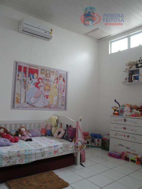 casa composta de sala em dois ambientes, lavabo, duas suítes sendo uma com closet, amarios e...