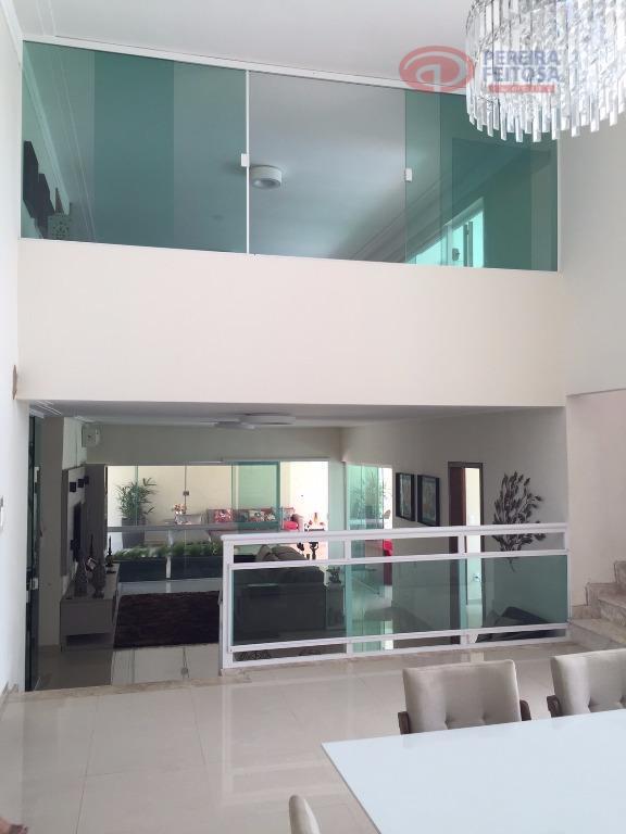 casa composta sala de estar e sala de jantar com mesa ampla para dez pessoas, lavabo,...