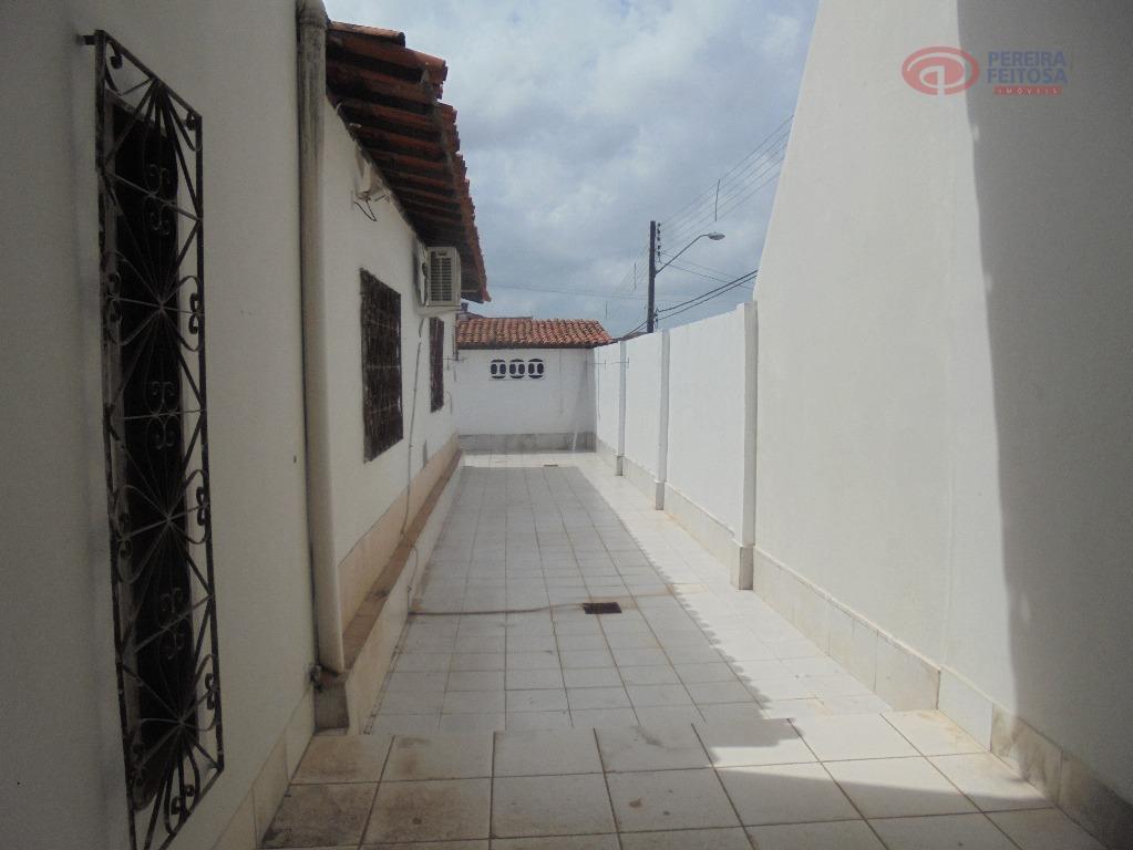 casa composta de sala de estar, duas suítes, banheiro social, copa,cozinha, área de serviço, dependência de...