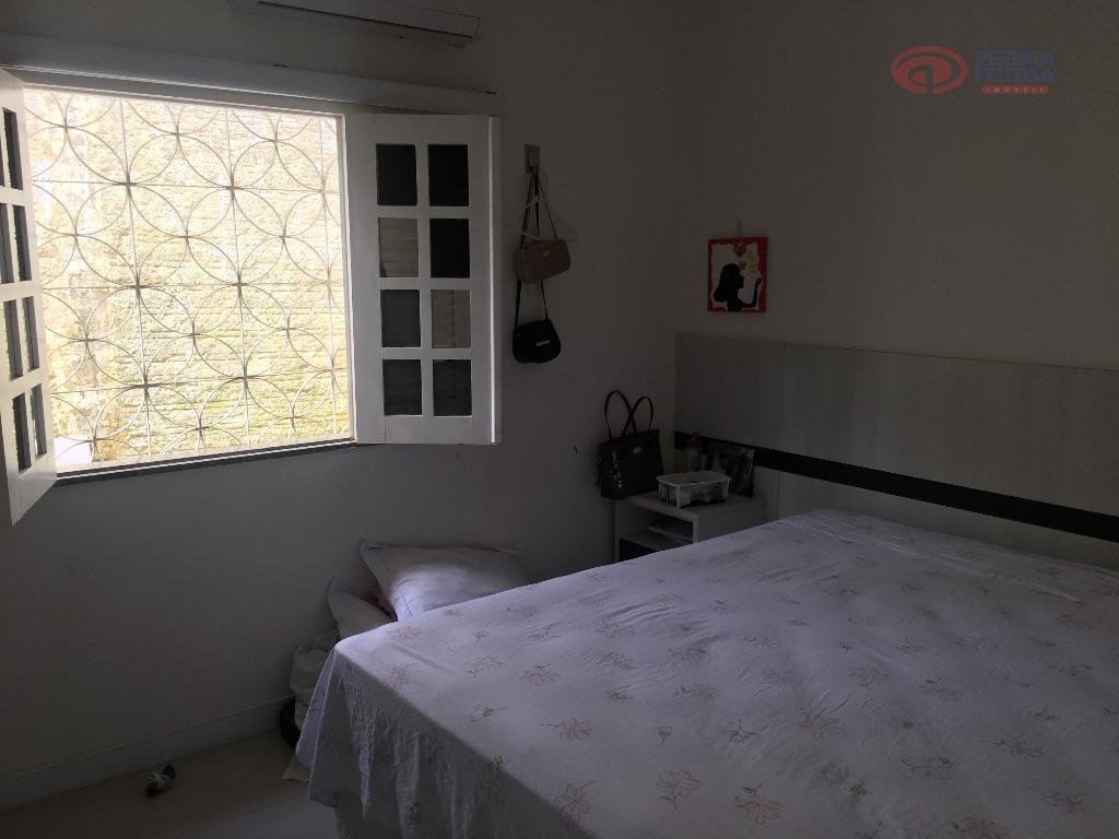 casa em condomínio fechado com sala de estar e jantar, três quartos com armários sendo uma...