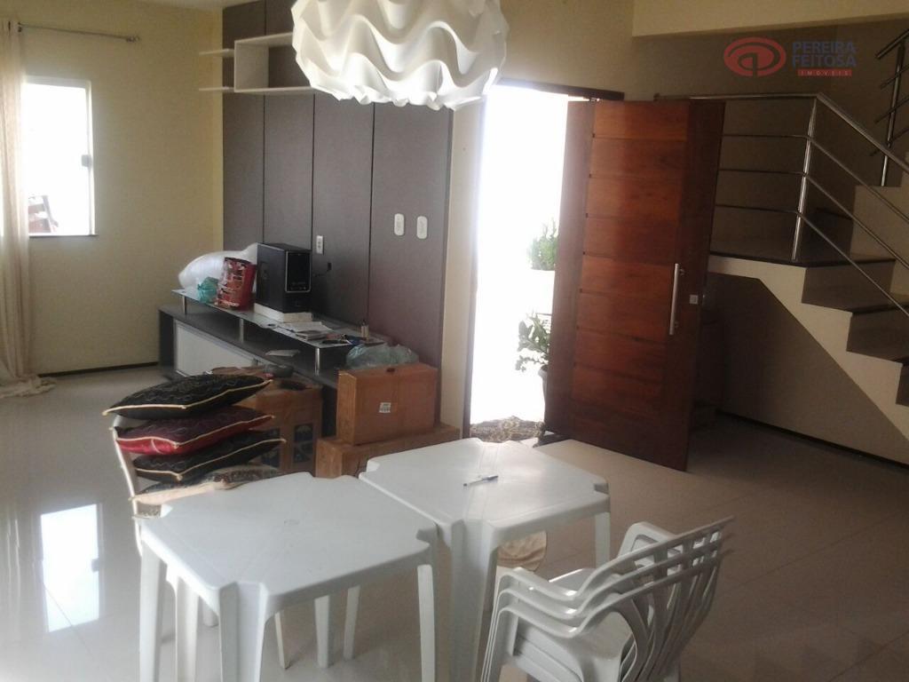 casa em porcelanato e móveis projetados composta por sala de estar/jantar, varanda, três suítes com ar...