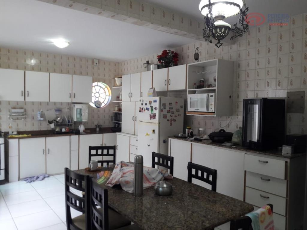 casa composta de sala de estar/jantar, varanda, um quarto, três suítes, banheiro social, cozinha, dependência de...