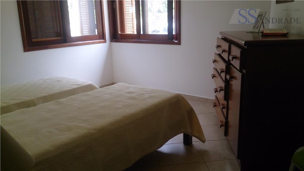 casa com 450m² de área construída e 720m² de área total, possui 05 dorm. (03 suítes),...