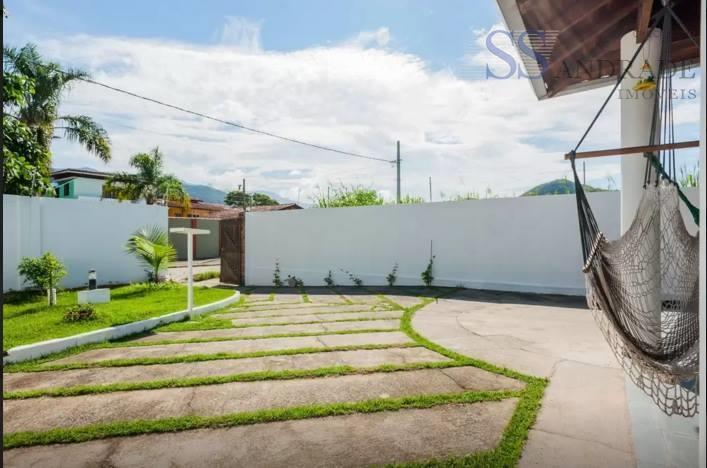 belo imóvel com 130m² de área construída e 300m² de área total, possui 03 dorm (01...