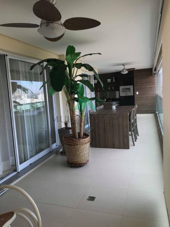 o apartamento foi todo reformado, piso porcelanato. 03 suítes com armários florense e papel de parede,...