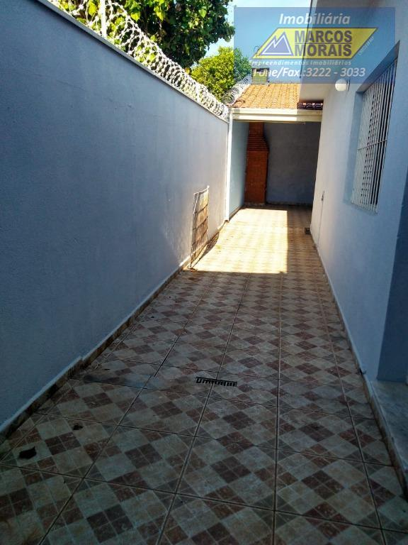 excelente casa térrea, com 3 dormitórios, sendo uma suíte, sala espaçosa, copa-cozinha, churrasqueira, quintal, 3 vagas...