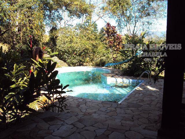 Casa otima localização com fundos para cachoeira.
