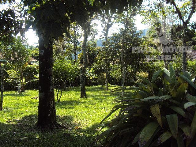 belíssima casa estilo colonial, rustica, diferenciada, extensa e bela área de jardim com piscina. conta ainda...