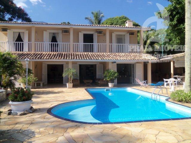 Belíssima casa com piscina, próxima a praia e vista para o mar.