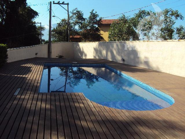 Casa com piscina e jardim, 03 dormitórios sendo 01 suite
