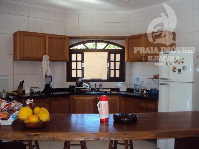bela casa com jardim, deck com piscina e churrasqueira, cozinha agregada a churrasqueira, varanda, 03 dormitórios...