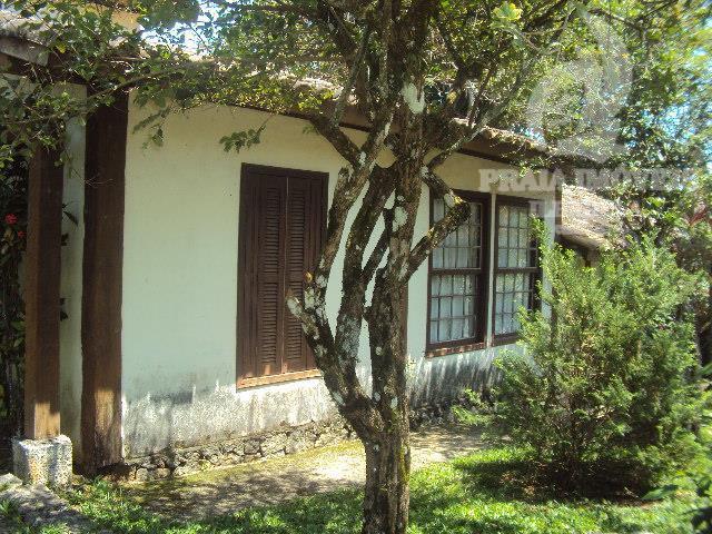 Casa em condomínio com bela área verde e piscina. ACEITA PERMUTA POR IMOVEL EM SÂO PAULO COMO PARTE DE PAGAMENTO!!!
