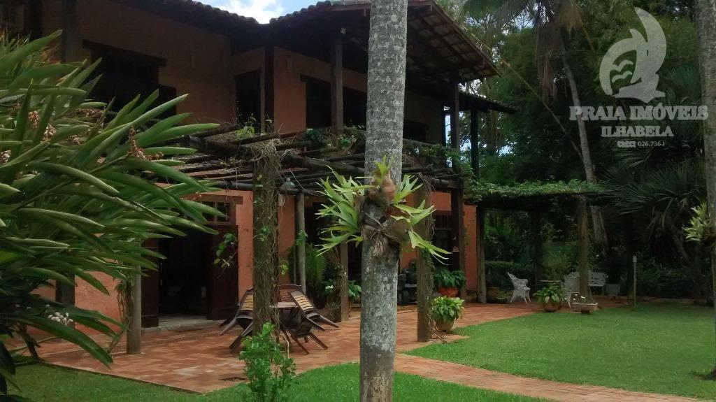 Belíssima casa com piscina, lindo jardim e quiosque com churrasqueira
