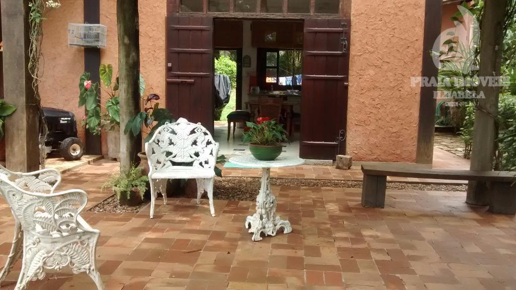 casa muito construída com belo jardim, piscina e área verde.a área pode ser aproveitada para fazer...