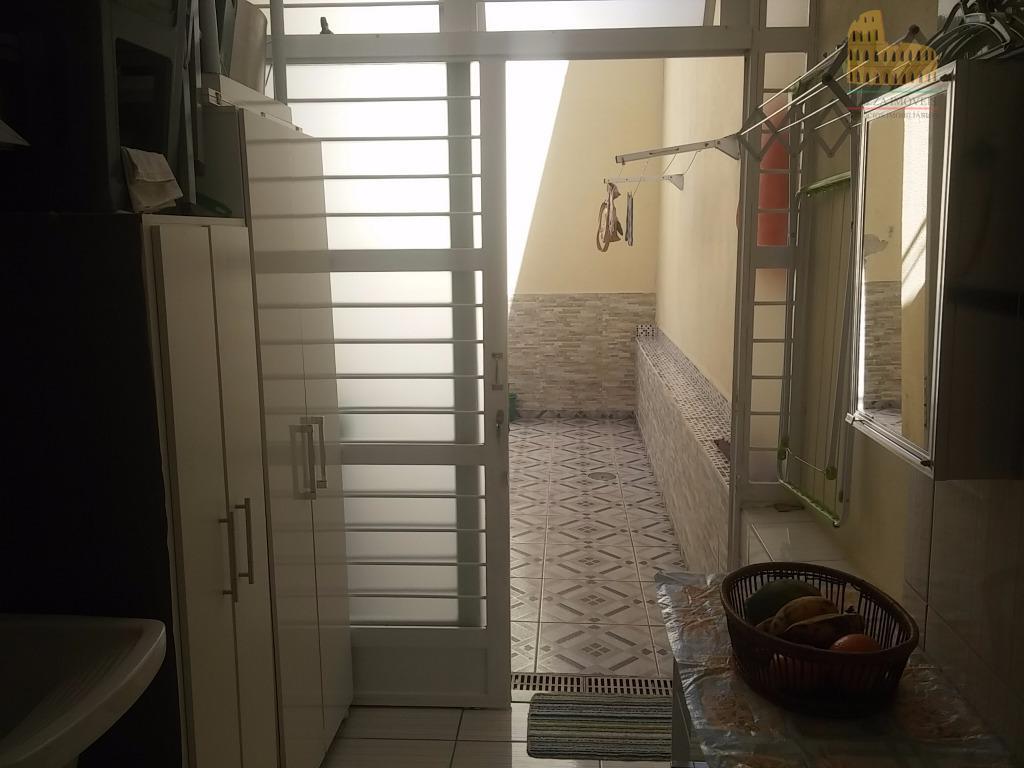 situado no térreo com quintal, (2) duas vagas sendo 1 coberta, portão automático, piso laminado, cozinha...
