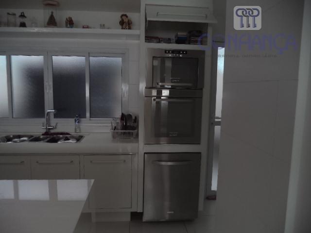 lindíssima residencia tríplex em condomínio fechado estando distribuída da seguinte forma: 1° pavimento: salão, cozinha toda...