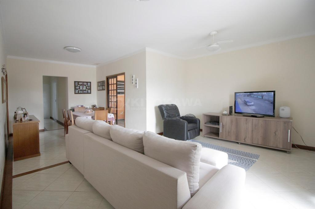 Casa ampla com 4 vagas cobertas no Jardim Camila