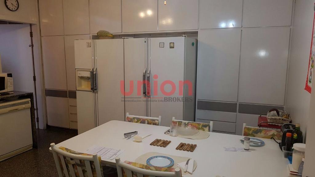 imóvel excelente localização, piso de ardósia, banheiros com mármore carrara, armários de excelente qualidade, 8 vagas...