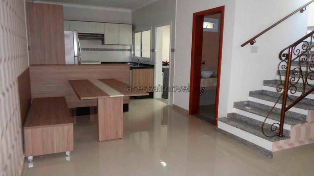 Casa com móveis planejados no Centro.
