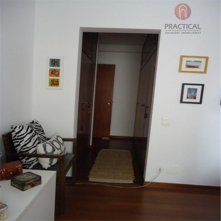 4 dormitórios + 2 vagas com varanda e repleto de armários. living para até 3 ambientes...