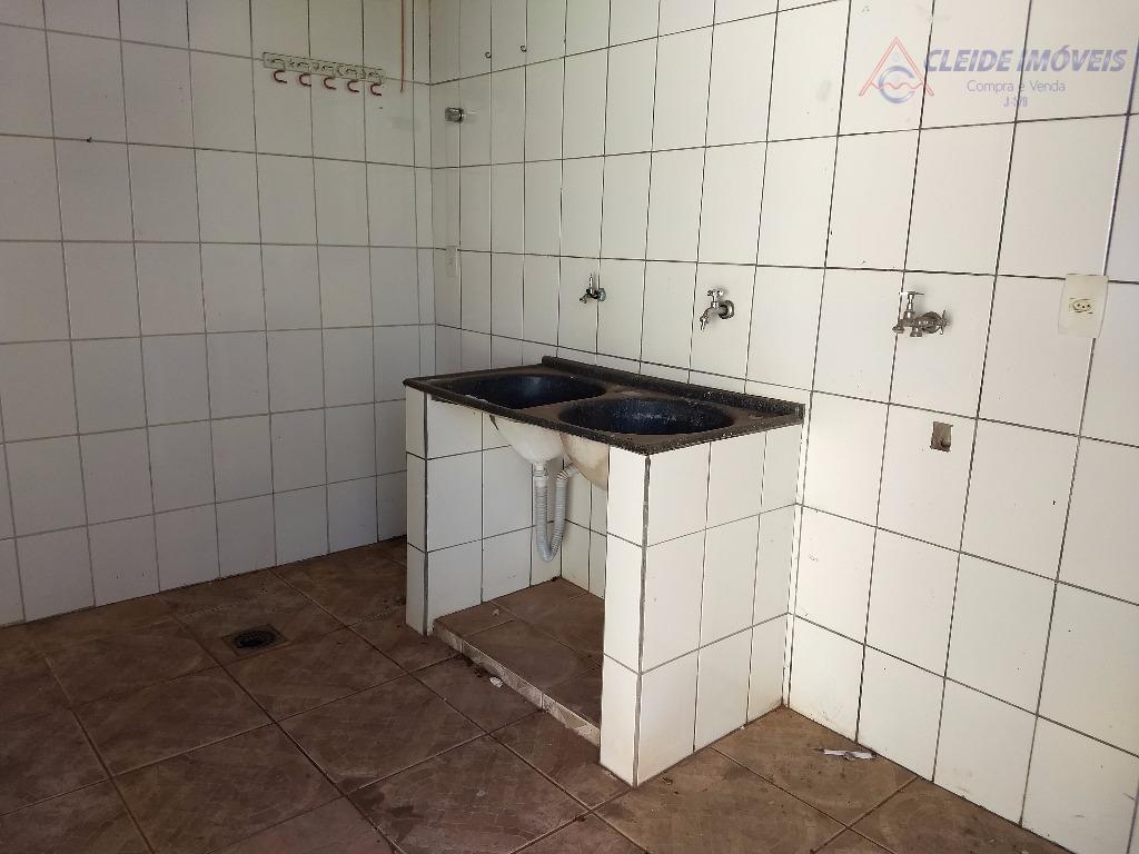 casa com 03 dormitórios sendo um suite master com armários (espaço para closet, jardim de inverno,...