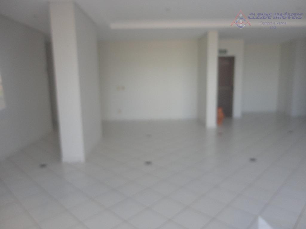 apartamento com sala com sacada, teto em gesso, detalhes com espelho, cortina e 01 sofá, banheiro...