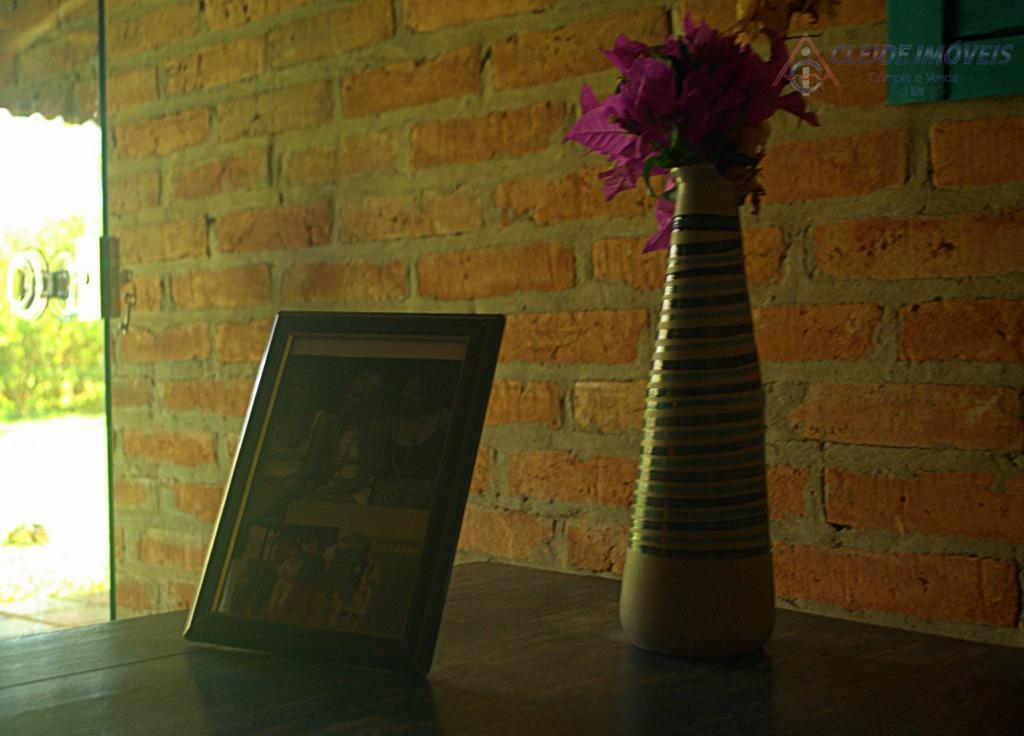 uma bela casa localizado na chapada dos guimarães lugar com ótimo clima, a casa tem ;4...