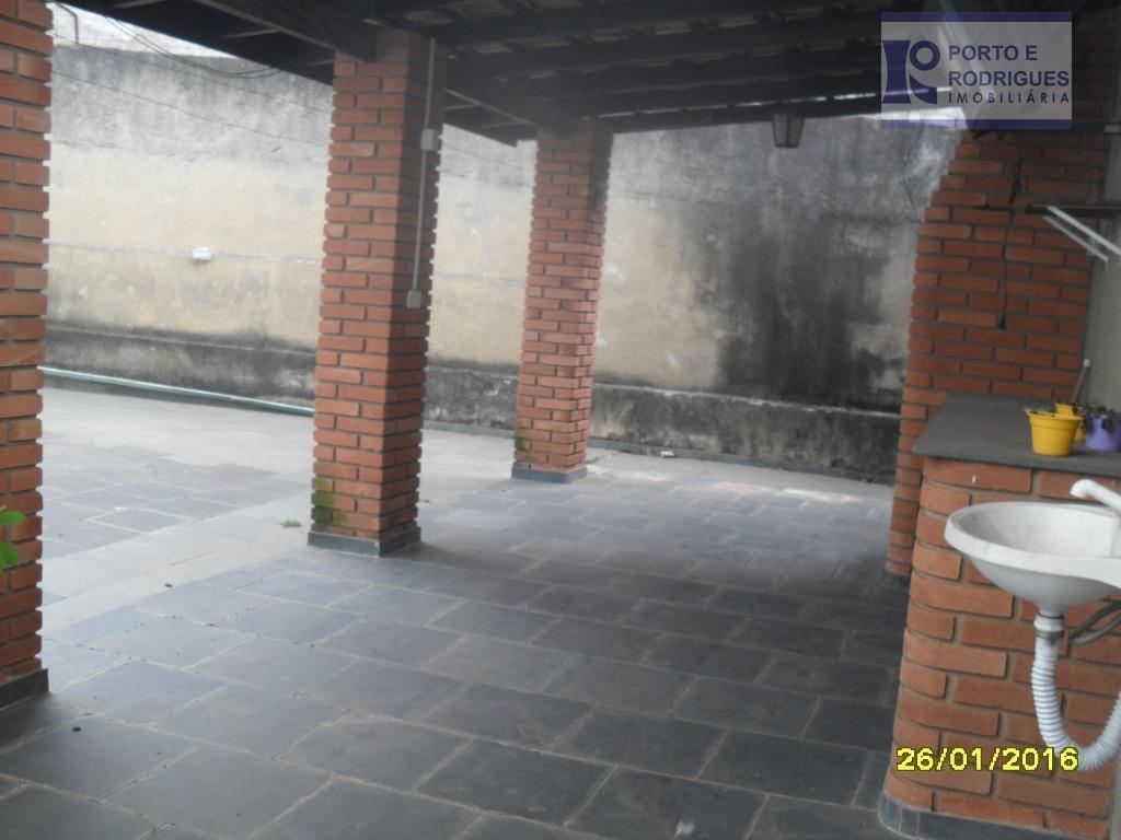 casa muito boa , ótima estrutura ,com entrada nas duas laterais , no nível da rua...