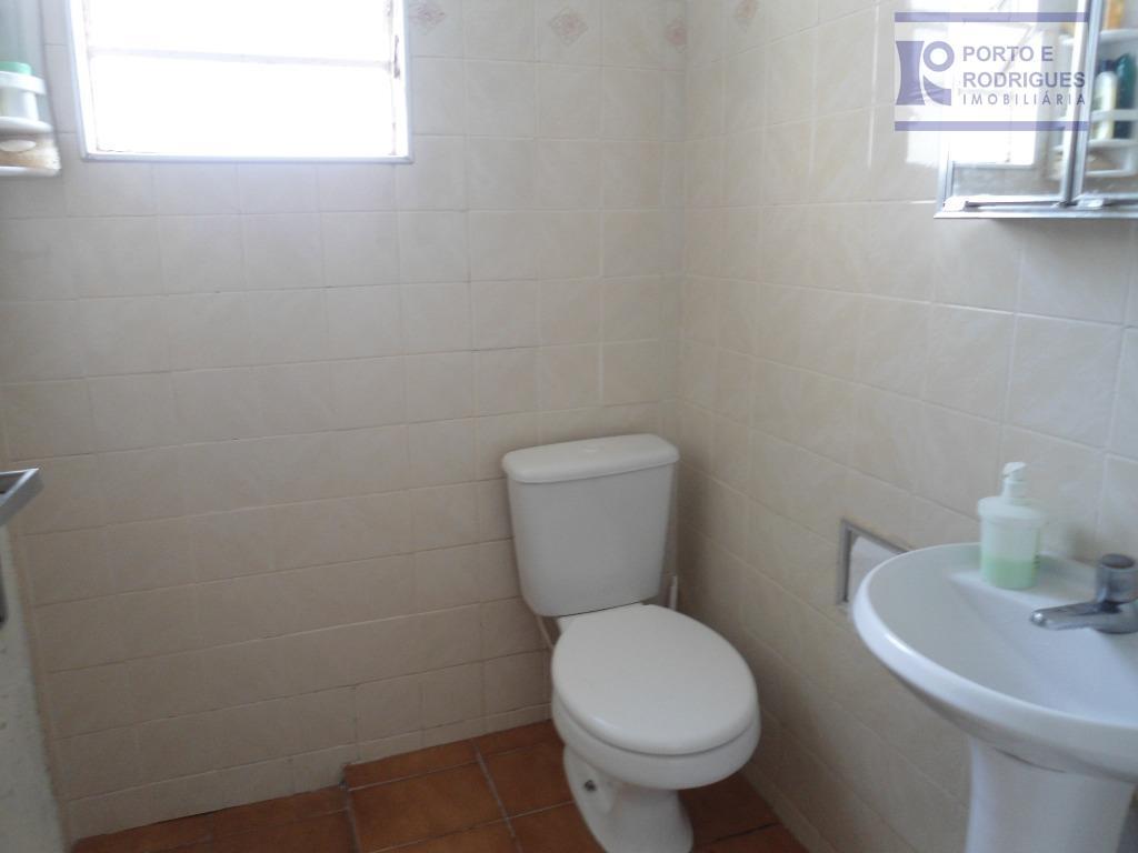2 dormitórios, sala, cozinha, copa,wc social, lavanderia, jardim, edicula e 2 garagens.