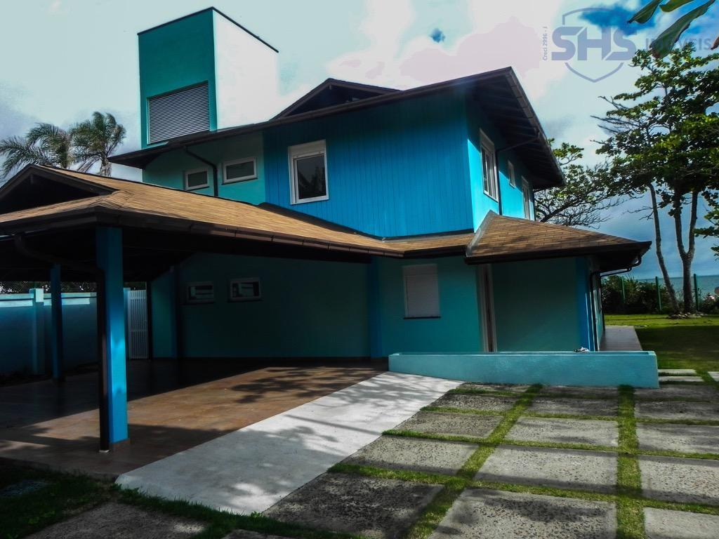 localização:magnífica casa localizada na praia de armação, ótima localização, de frente para o mar. imóvel foi...