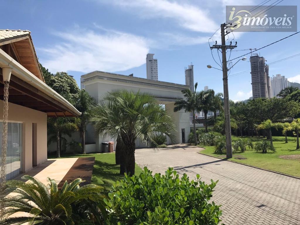 Casa em condomínio fechado, 3 suítes, fino acabamento em Balneário Camboriú SC