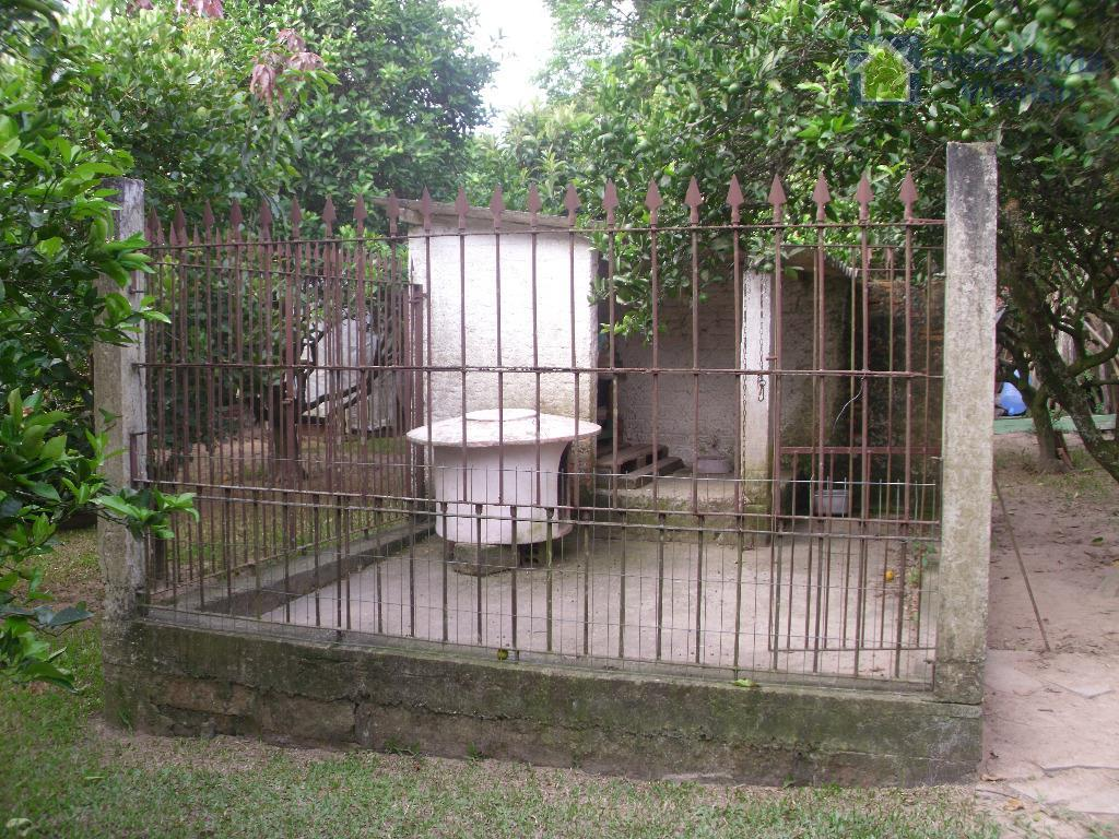 linda casa com um pátio formidável e peças bem distribuídas em um bairro tranquilo,seguro e ao...