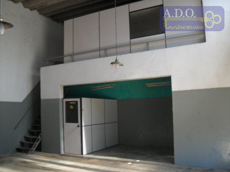 excelente barracão com 150m2 c mezanino, 2 banheiros, zona11, pé direito 7m, vaga para 4 carros,...